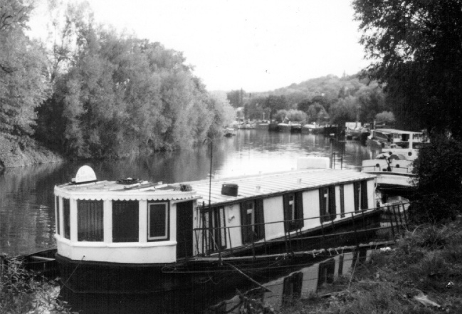 vagabonding houseboat picture