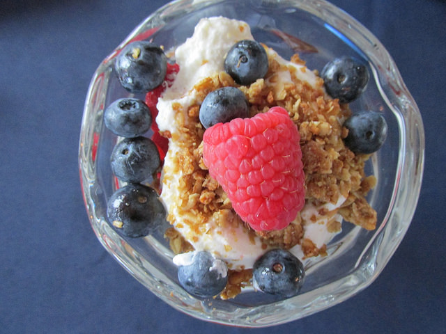 greek yogurt, greek yogurt parfait, healthy travel snack, healthy snack, fruit and yogurt, raspberry, blueberries