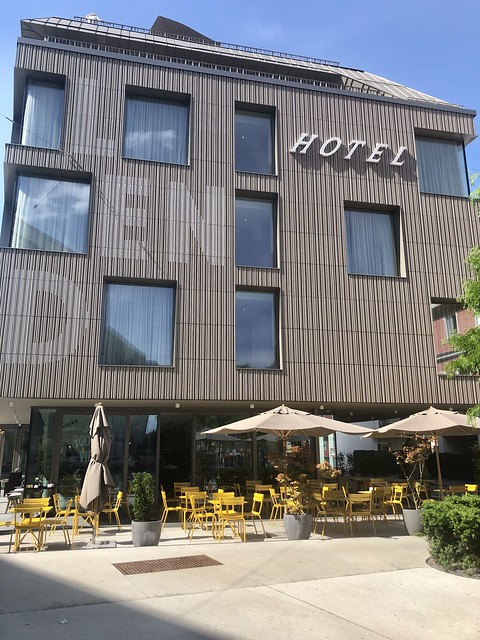 modern hotel in Lend area with outdoor chairs and tables.