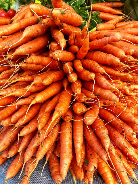 organic carrots, 7 healthy travel snacks, farmers market